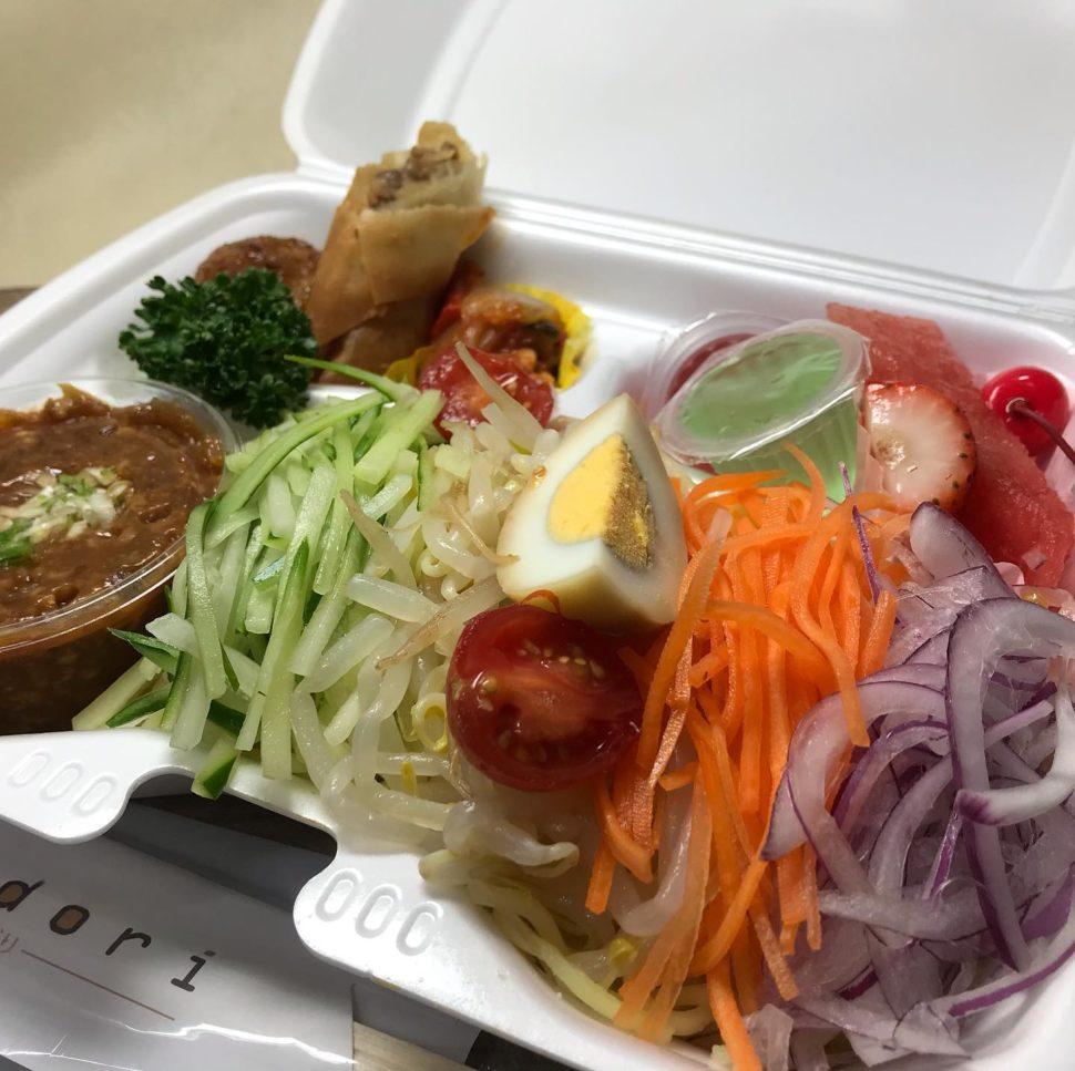 本日の冷製麺シリーズは、前回に続き中華系の内容となっております。(ジャージャー麺)野菜も一緒に採って頂けるボリューム感となっております。特製の味噌は、中華職人手製となっており、竹の子などを使ったボリューム満点100gとなっております。暑さも少し和らいできましたが、是非この機会にご賞味ください。#イベント#ホットミール#ビーフカレー#手毬寿司#手まり寿司#寿司#ケータリング#デリバリー#お弁当#懇親会#ビュッフェ#立食#ランチボックス#サンドウィッチ#昼食#会議#研修#スイーツ#デザート#ドリンクサービス#控室#呈茶#フィンガーフード#二次会#2次会#irodori#彩り#お弁当販売