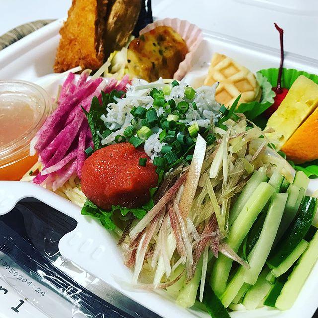 今週よりラインナップしております冷製パスタですが、本日で3種類目となります。(シラスと明太子の和風冷製パスタ)野菜も紅芯大根、胡瓜、みょうが、大葉と夏でもさっぱりと召し上がって頂ける内容で盛り付けてみました。サラダパスタとしてもボリューム満点の一品です。是非ご賞味ください。#冷製パスタ#イベント#ホットミール#ビーフカレー#手毬寿司#手まり寿司#寿司#ケータリング#デリバリー#お弁当#懇親会#ビュッフェ#立食#ランチボックス#サンドウィッチ#昼食#会議#研修#スイーツ#デザート#ドリンクサービス#控室#呈茶#フィンガーフード#二次会#2次会#irodori#彩り#お弁当販売